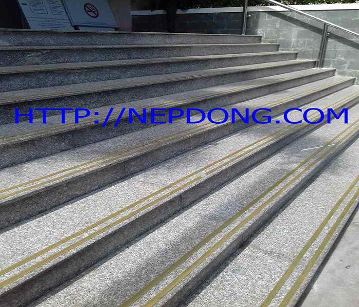 nẹp đồng chống trơn cầu thang T10